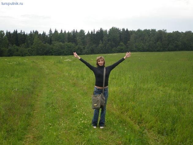 На фоне леса